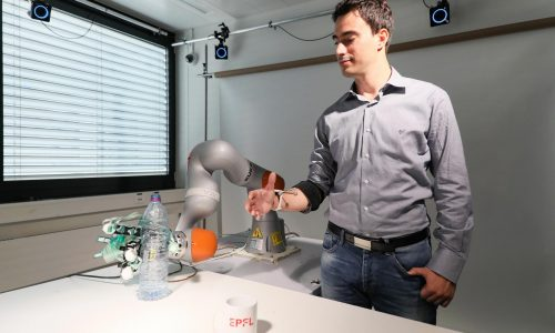 Alain Herzog. Artoni Fiorenzo tries out shared control with the robotic arm.